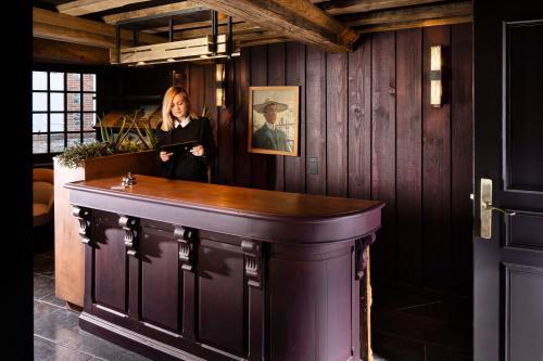 De lobby of receptie bij Hôtel Saint-Delis - La Maison du Peintre - Relais & Châteaux