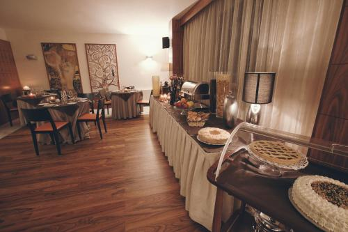A restaurant or other place to eat at Papillo Hotels & Resorts Roma