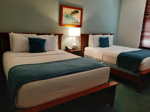 A bed or beds in a room at Hotel Carmel Santa Monica