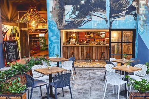 Un restaurante o sitio para comer en Selina Medellin