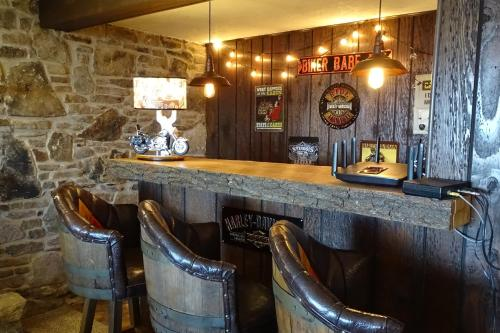 The lounge or bar area at Alpine Retreat Bed and Breakfast