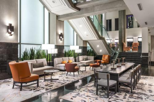 A restaurant or other place to eat at Delta Hotels by Marriott Vancouver Downtown Suites