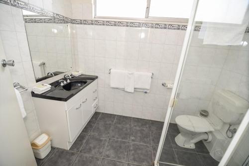 A bathroom at Dandenong Motel