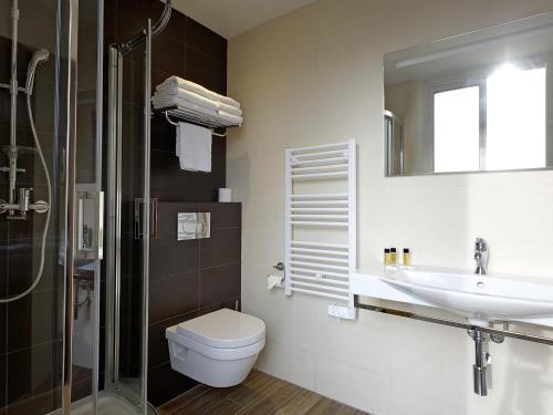 A bathroom at Hôtel Esprit d'Azur