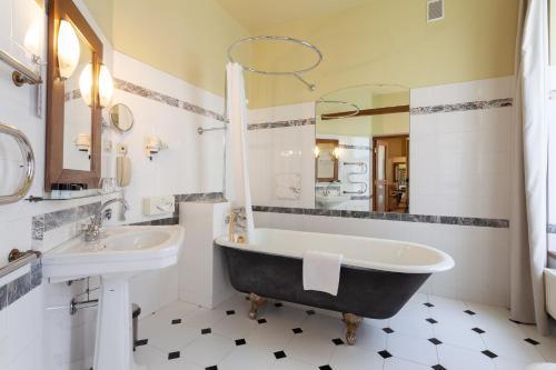 A bathroom at BEST WESTERN Santakos Hotel