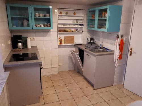 A kitchen or kitchenette at Jahnkes Gasthaus-Pension garni