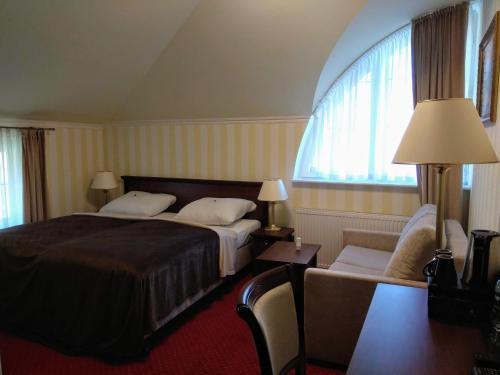 Łóżko lub łóżka w pokoju w obiekcie Dworek Hetmanski