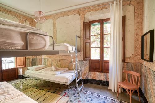 Ein Etagenbett oder Etagenbetten in einem Zimmer der Unterkunft Hostel Sóller - Albergue Juvenil