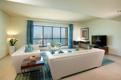 Ein Sitzbereich in der Unterkunft Hilton Dubai The Walk
