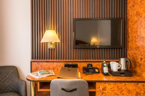 A television and/or entertainment centre at BARDOLINO Fine.Food.Hotel