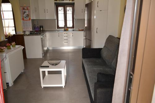 A seating area at Bungalow Montecastillo i1