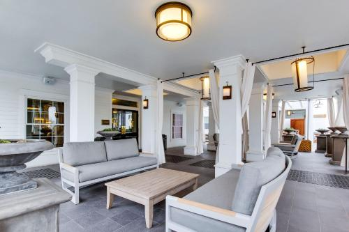 A seating area at The Campbell House Lexington, Curio Collection by Hilton