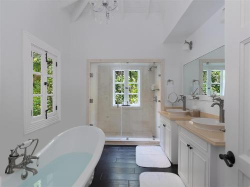 A bathroom at Sugar Beach, A Viceroy Resort