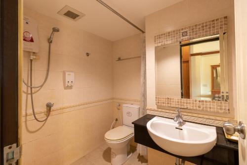 A bathroom at Chomsin Hua Hin Hotel