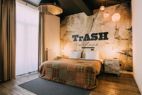 A bed or beds in a room at Hotel Trash Deluxe