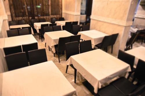 Um restaurante ou outro lugar para comer em سيف اليماني
