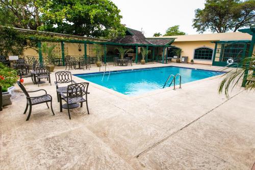Der Swimmingpool an oder in der Nähe von Courtleigh Hotel & Suites