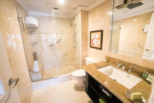 Ein Badezimmer in der Unterkunft Courtleigh Hotel & Suites
