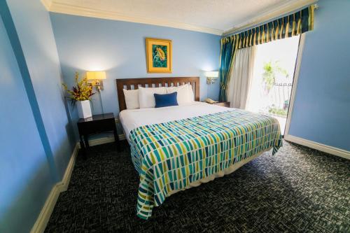 Ein Bett oder Betten in einem Zimmer der Unterkunft The Knutsford Court Hotel