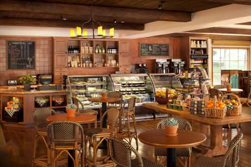 A restaurant or other place to eat at Arizona Grand Resort