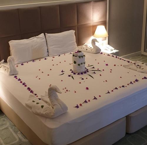 Cama ou camas em um quarto em Continental Hotel