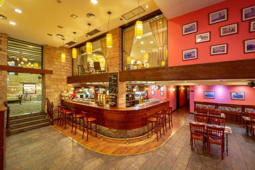 A restaurant or other place to eat at Palacio de Pujadas by MIJ