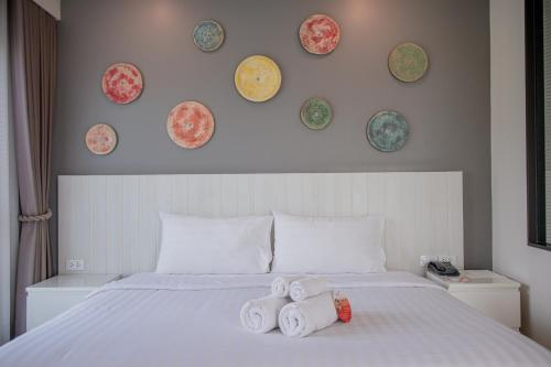 A bed or beds in a room at Cmor by Recall Hotel