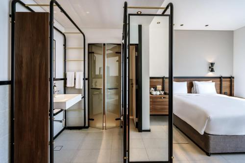 A bathroom at FORM Hotel Dubai, a member of Design Hotels™