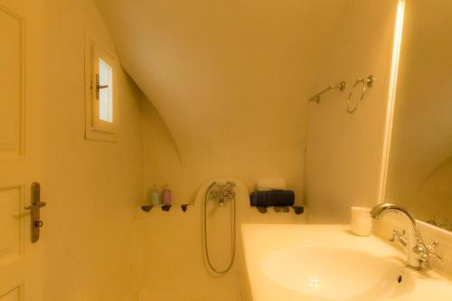 Salle de bains dans l'établissement Linos Suites