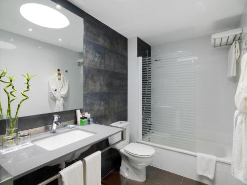 A bathroom at Boutique Hotel H10 White Suites - Adults Only