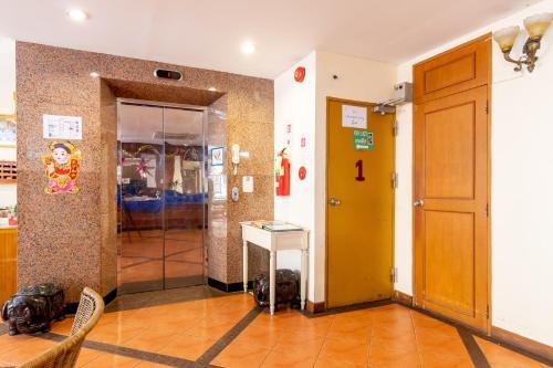 A bathroom at Thipurai Beach Hotel
