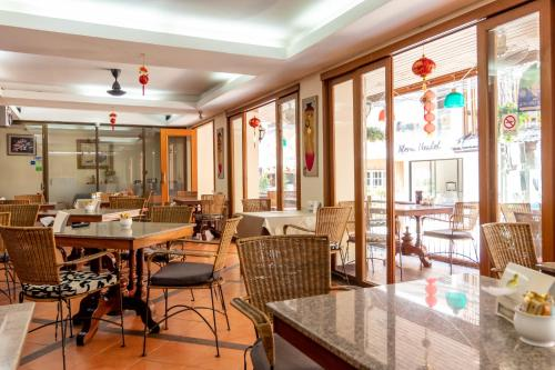 A restaurant or other place to eat at Thipurai Beach Hotel