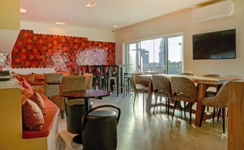 De lounge of bar bij Hotel Spot Family Suites
