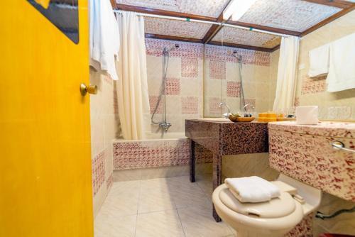 Ванная комната в Roman Boutique Hotel