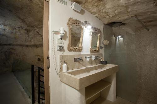 A bathroom at L'Hotel In Pietra