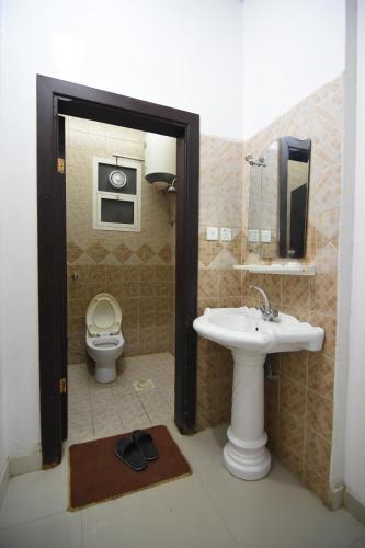 Um banheiro em Al Eairy Apartments - Al Riyad 4