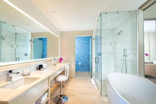 حمام في HALL Arts Hotel, Dallas, Curio Collection by Hilton