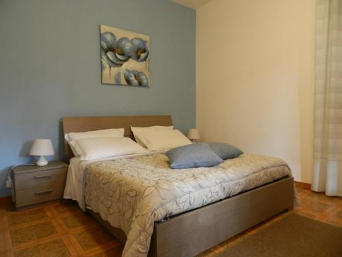 A bed or beds in a room at Appartamento S. Valentino