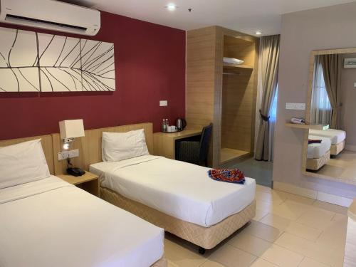 سرير أو أسرّة في غرفة في فندق دي بالما كوالا سيلانغور