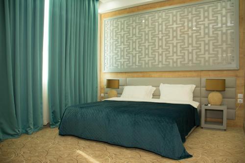 Cama ou camas em um quarto em AZPETROL HOTEL KURDEMIR