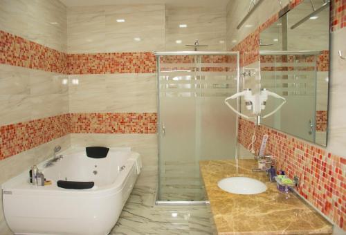 Um banheiro em AZPETROL HOTEL KURDEMIR