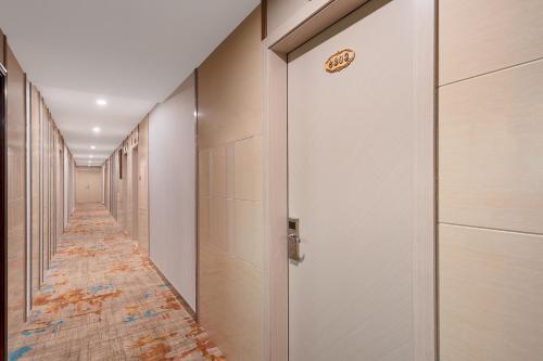 A bathroom at Frida Hotels Guangzhou Baiyun International airport
