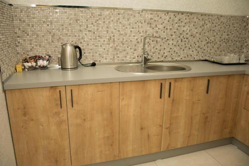 A cozinha ou cozinha compacta de AZPETROL HOTEL KURDEMIR