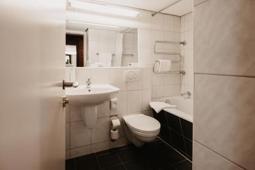 A bathroom at Tulip Inn Ludwigshafen City