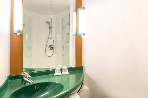 A bathroom at ibis Bristol Centre
