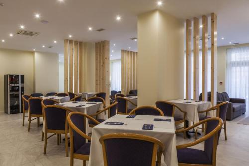 A restaurant or other place to eat at Hotel Sete Cidades
