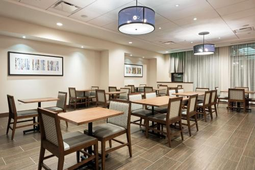 A restaurant or other place to eat at Hyatt Place Denver Downtown