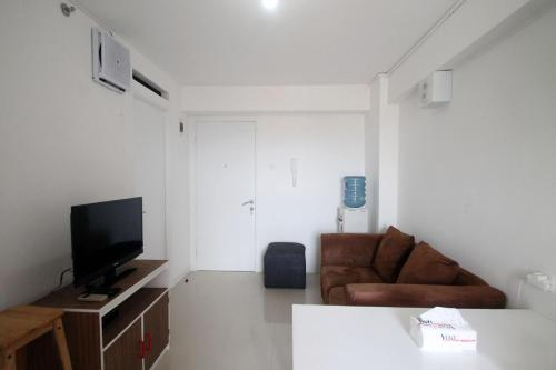 A seating area at Apartemen Bassura City by Aparian