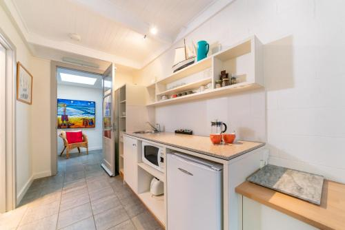 A kitchen or kitchenette at Oceanic Sorrento