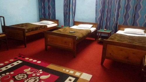 A bed or beds in a room at Hotel Himali Retreat